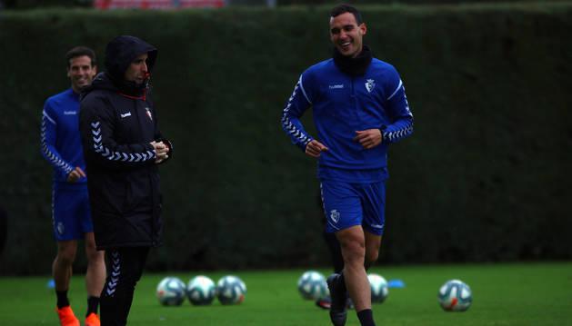 Unai García, en un entrenamiento reciente, junto a Jagoba Arrasate.