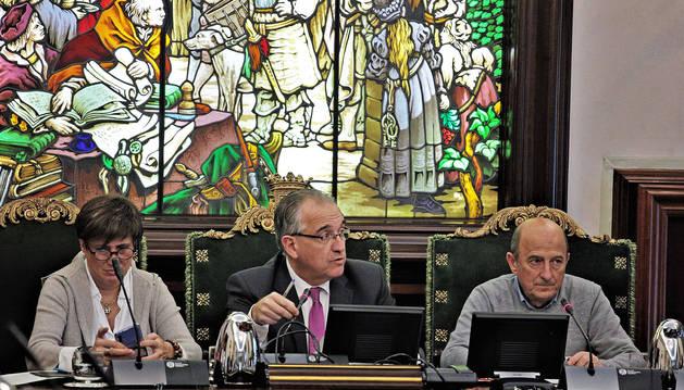 Foto de Ana Elizalde y el alcalde Enrique Maya (NA+), junto al secretario de la Corporación, Javier Horcada.