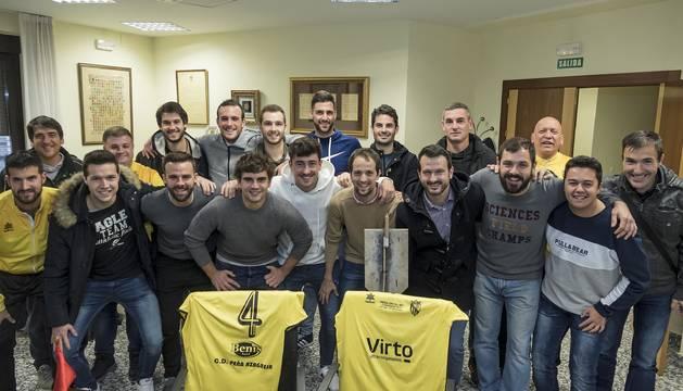 Foto de los jugadores junto con el presidente y otros representantes de la directiva y el alcalde, Rubén Medrano, ayer frente al consistorio.