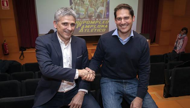 Manolo Quijera, a la izquierda, y Pablo Branchi, que se va a presentar como candidato a sucederle, este jueves en la Casa de la Juventud.