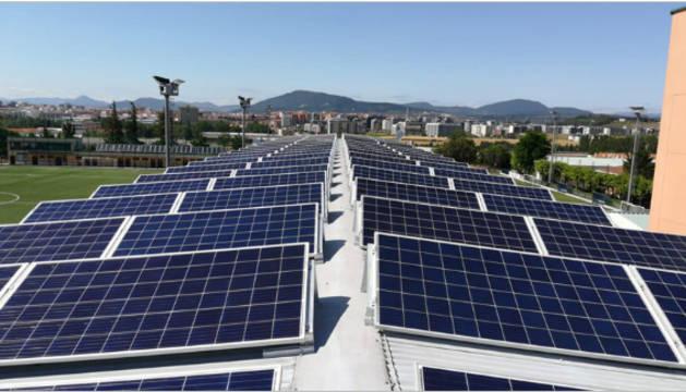 Foto de paneles solares fotovoltaicos en el colegio Luis Amigó.