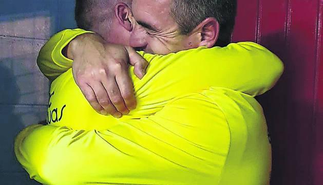 Rafa Bericat se abraza con su segundo y amigo Miguel Fernández.