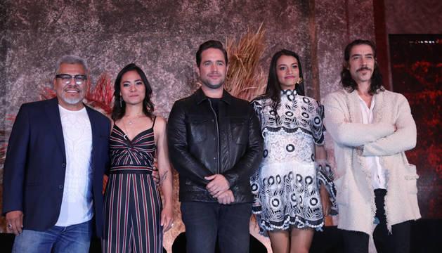 Los actores Dagoberto Gama (i), Mabel Cadena (2i), Michel Brown (c), Ishbel Bautista (2d), Oscar Jaenada (d), posan para una fotografía durante la presentación de la serie 'Hernán'