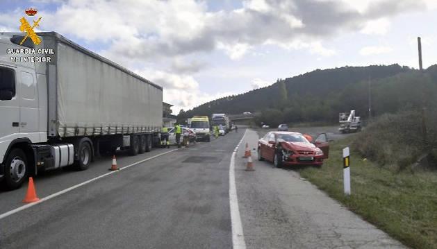 Foto del camión y uno de los turismos implicados en el accidente.
