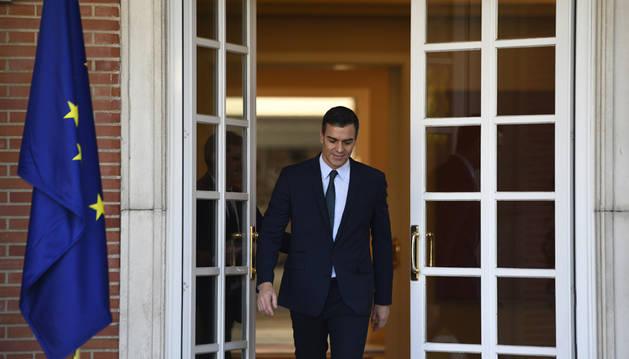 Pedro Sánchez, sale a recibir al al presidente electo del Consejo Europeo, Charles Michel, en el Complejo de la Moncloa.