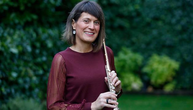 Nekane Solana Arocena, con la flauta travesera instrumento que le acompaña desde los 7 años.
