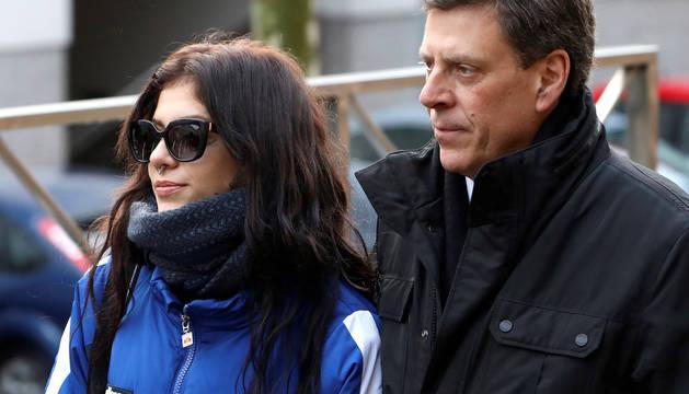 El padre de Diana Quer, Juan Carlos Quer acompañado por su hija, Valeria Quer, a su llegada a los juzgados compostelanos en el tercer día de juicio por la muerte de Diana Quer.
