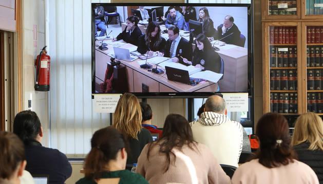Foto de varios periodistas que siguen desde la sala de prensa de los Juzgados de Santiago de Compostela la comparecencia de policías locales, buzos y guías caninos este viernes.