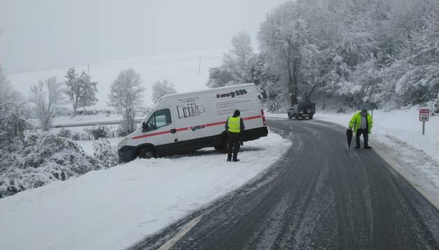 La Guardia Civil ha auxiliado este viernes a los ocupantes de una furgoneta que ha sufrido un salida de la vía.