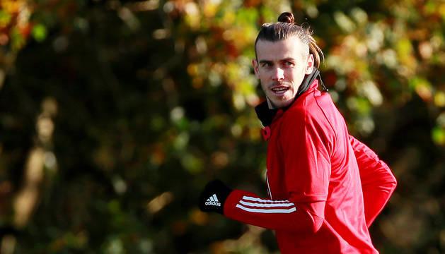 Gareth Bale durante un entrenamiento en la concentración de Gales en Hensol.