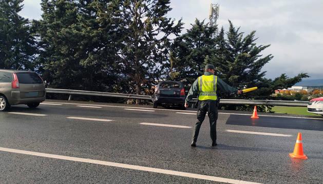 Foto de un agente de la Guardia Civil reconduce el tráfico.
