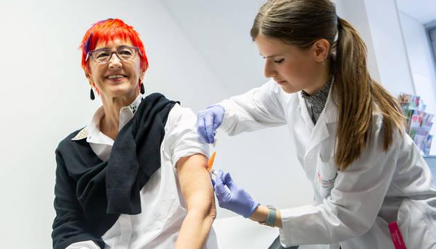 La consejera Induráin recibe la vacuna de la gripe.