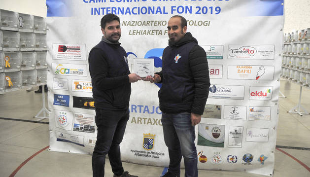 Foto de Sergio Echarte entregando el premio a Joao Carlos Amado, ganador del Campeonato Ornitológico Internacional.