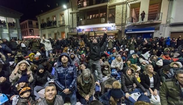 Los asistentes al tradicional lanzamiento de nueces de las fiestas de la Virgen de la Peña llenaron la plaza del Ayuntamiento de Fustiñana.