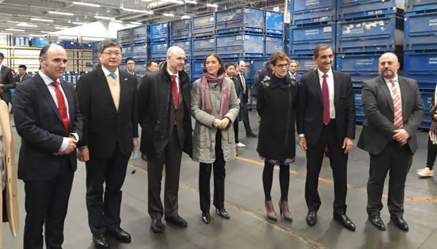 Foto de Manu Ayerdi, Liu Xiaoshi, Francisco Núñez, Reyes Maroto, María Chivite, Emilio Sáenz y José Luis Arasti, el viernes, en Volkswagen.