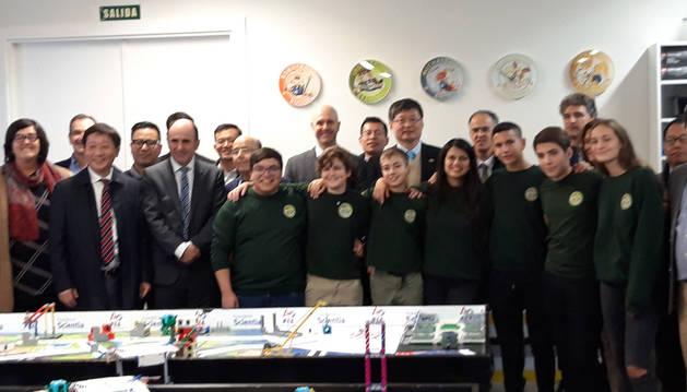 Liu Xiaoshi, en el centro, junto jóvenes de la First Lego League, Manuel Torres y Manu Ayerdi, entre otros.