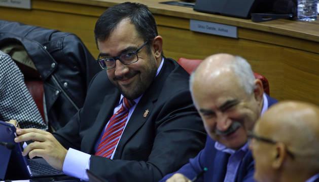 El consejero de Función Pública, Javier Remírez, en un pleno.