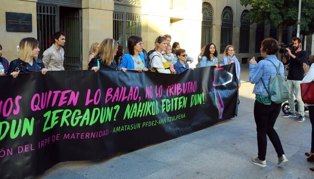 Madres afectadas, antes de una reunión con Chivite en septiembre.