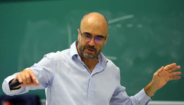 El profesor Díaz Giménez ofreció recientemente una charla sobre el sistema público de pensiones en la facultad de Económicas de la UN.