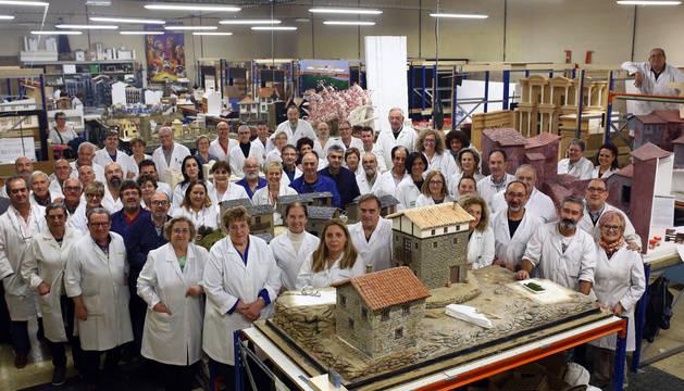 Foto de familia de los belenistas que trabajaban en el taller una tarde de este mes