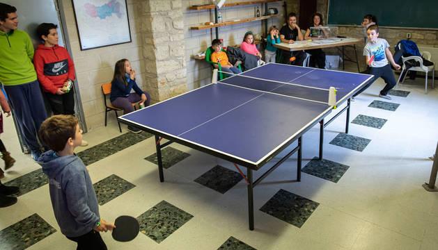 La mesa electoral en la localidad de Bidaurreta, amenizada por un partido de ping-pong.