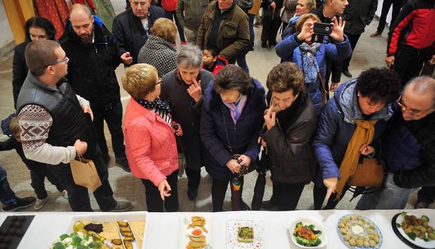 Los vecinos de Funes comentan algunos de los platos presentados al concurso.