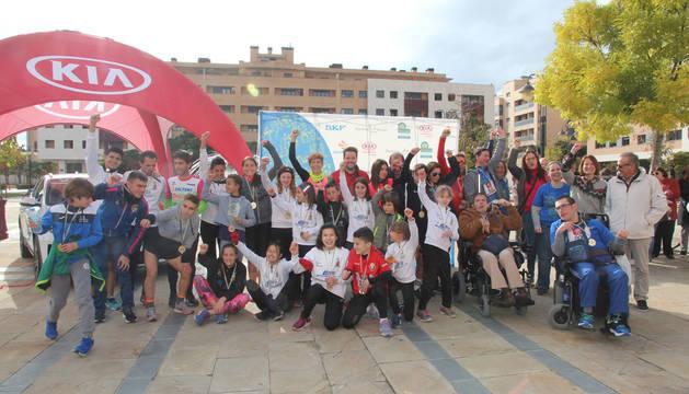 Los ganadores en distintas categorías de la carrera, con el alcalde de Tudela, Alejandro Toquero, ediles y responsables de Amimet.