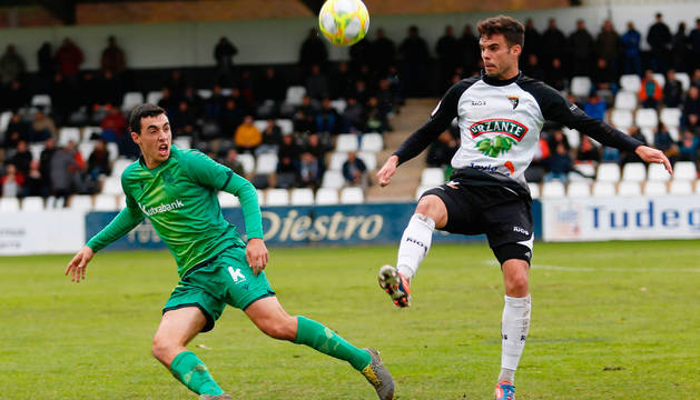 El centrocampista Miguel Díaz busca el control del balón ante un rival de la Real Sociedad B en el Ciudad de Tudela.