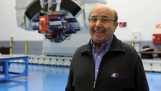 Manuel Torres, delante de la máquina  para fabricar componentes de aeronaves en fibra de carbono.