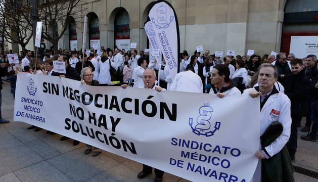 Médicos concentrados durante una de las jornadas de huelga que se convocaron en febrero de este año.