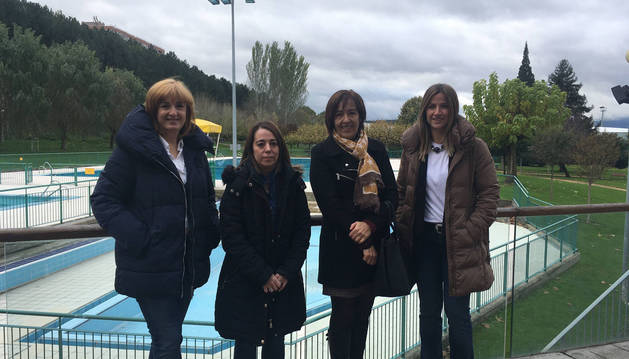 Foto de Mª Ángeles Gorena, técnica de deportes; María Lecumberri, alcaldesa de Barañain; Fátima Sesma, presidenta de Lagunak, y Silvia Alcalá, nueva gerente.