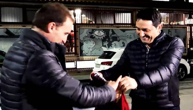 Momento final del vídeo en el que Braulio entrega la camiseta a Arrasate. Osasuna
