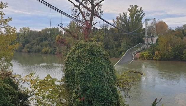 Foto de un puente colgante se derrumba cerca de Toulouse, en el sur de Francia.