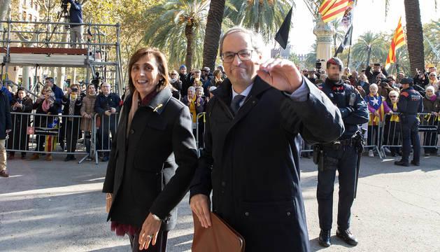 El presidente de la Generalitat, Quim Torra, saluda a la gente que le esperaba a su salida del Tribunal Superior de Justicia de Cataluña