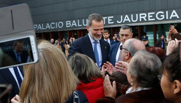 Foto del rey Felipe VI saludando afectuosamente al centenar de personas que se congregó en la plaza de Baluarte tras finalizar el acto.