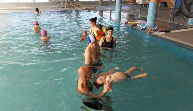 Un momento de una de las sesiones de hidroterapia en las instalaciones del Centro Ramón y Cajal de Zizur.