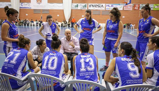 El entrenador Jotas Unzué da indicaciones a sus jugadoras en un tiempo muerto, en el partido que su equipo disputó en Granada.