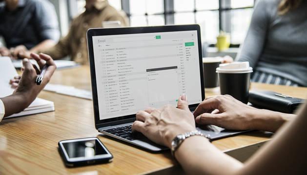 Imagen de archivo de una trabajadora con su ordenador.