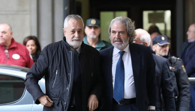 Foto del ex-presidente de la Junta de Andalucía, José Antonio Griñán (c), a su llegada al juicio del caso ERE en la Audiciencia Provincial.
