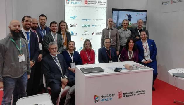 Foto de representantes de las empresas navarras en el stand Navarra Health.