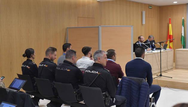 Foto de la sala de la Audiencia de Córdoba con los cuatro miembros de 'La Manada' que están siendo juzgados, Alfonso Jesús Cabezuelo, José Ángel Prenda, Antonio Manuel Guerrero y Jesús Escudero.