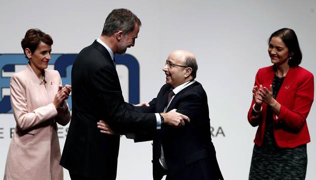 El Rey Felipe VI entrega la Medalla de Oro al presidente y fundador del Grupo MTorres, Manuel Torres, concedida por la Confederación de Empresarios de Navarra (CEN).