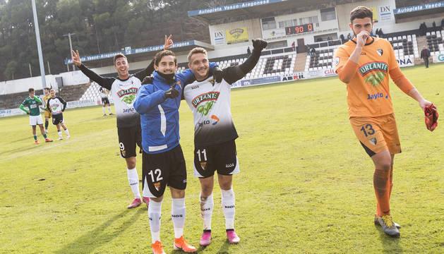 Los jugadores del CD Tudelano Obi (9), Diego Cortés (12) y David Soto (11) celebran el pase a la final.