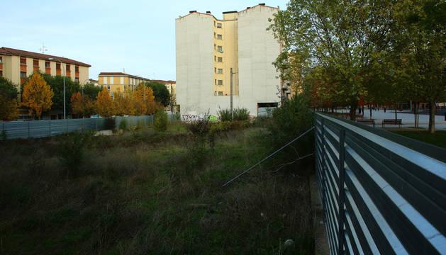 Una de las parcelas, con el bulevar de la Rochapea a la derecha de la imagen, donde se levantarán 154 viviendas.