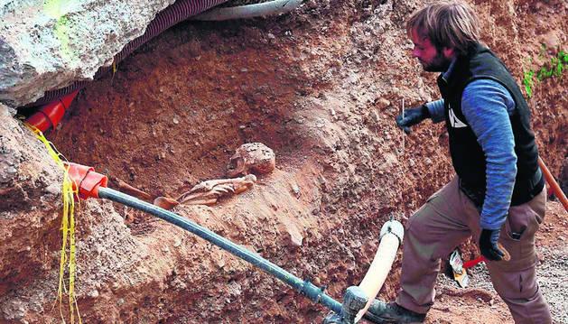 Imagen de uno de los cuerpos hallados en la calle Gayarre.
