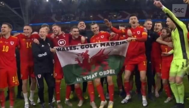 Bale y sus compañeros, con la bandera tras la celebración por la clasificación de Gales.