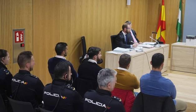 Foto de los miembros de La Manada (izq a dcha), Manuel Guerrero, Jesús Escudero, José Ángel Prenda y Alfonso Jesús Cabezuelo, sentados en la sala de la Audiencia de Córdoba.