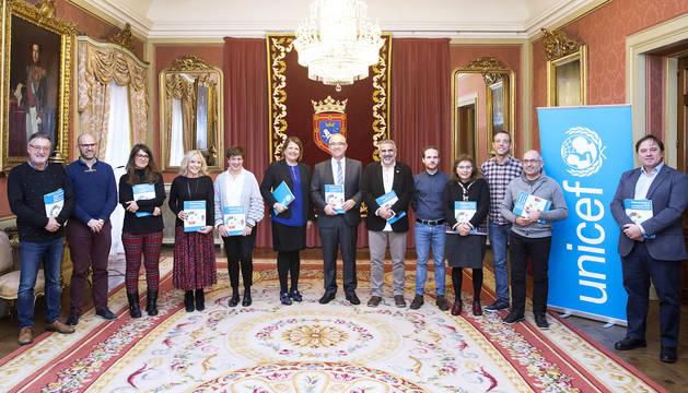 Un momento de la reunión en el Ayuntamiento de Pamplona con representantes de UNICEF.