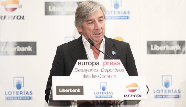 El manager general de Movistar Team, Eusebio Unzué, durante su intervención en el desayuno '40 años de Ciclismo de Reynolds a Movistar'