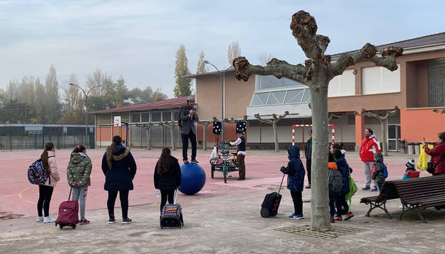 La compañía Circo Dabitxi, ayer en el patio del colegio Luis Gil.